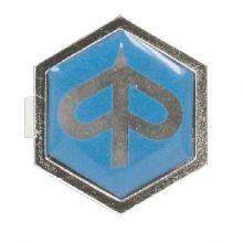 "Monogramme / insigne de descente de klaxon ""logo Piaggio"", à clipser, plastic 32x37 mm - Vespa PXE 80-125-200"